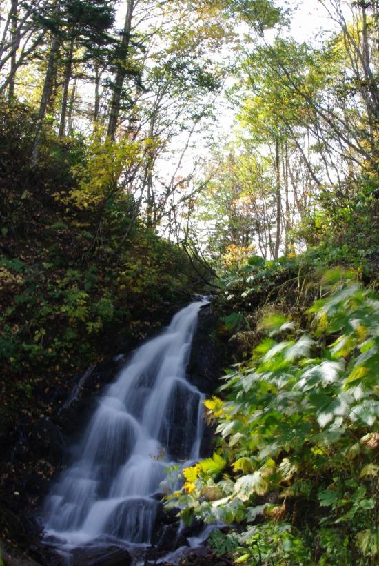 沼手前の滝.jpg