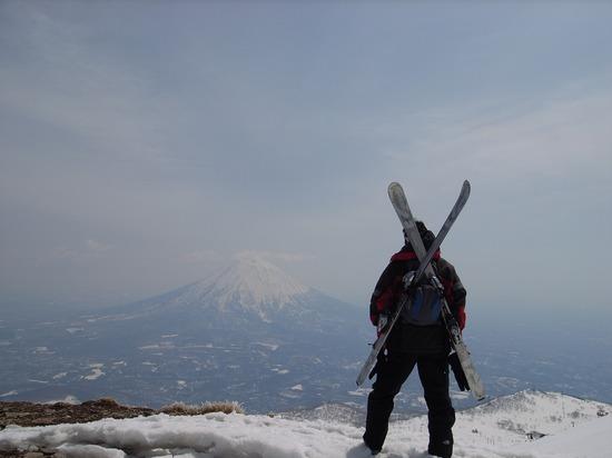 山頂から羊蹄山を見る男
