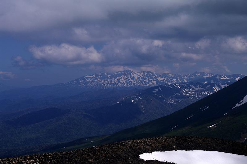 04すり鉢火口から旭岳.jpg