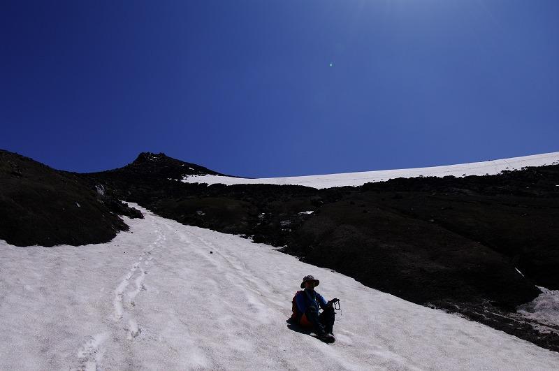 08雪渓を滑る.jpg