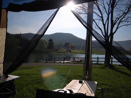 朝テントから湖畔.jpg
