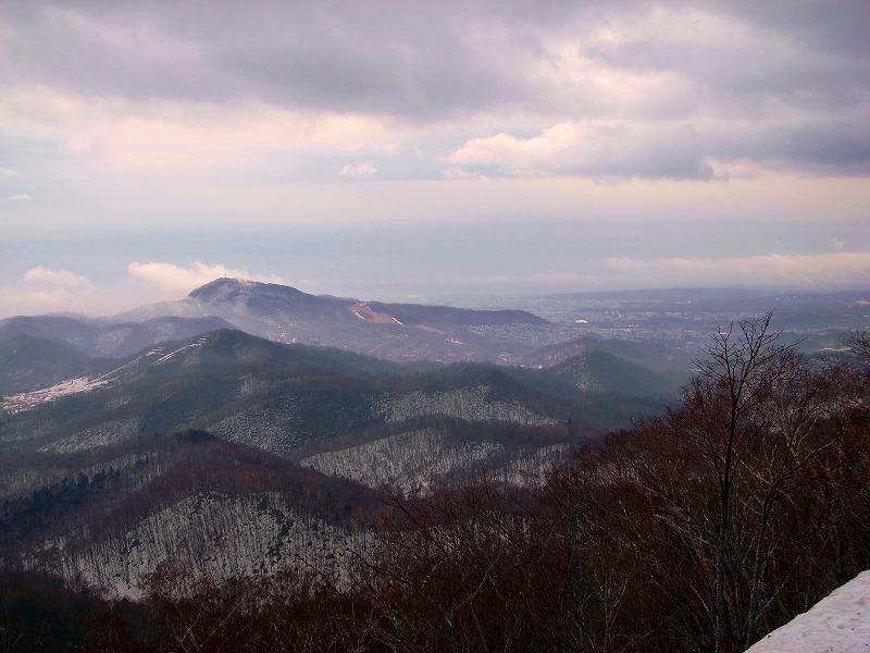 山頂から藻岩山.jpg